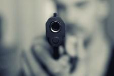 Játékpisztolynak nézte a fegyvert, fejbe lőtte a saját lányát