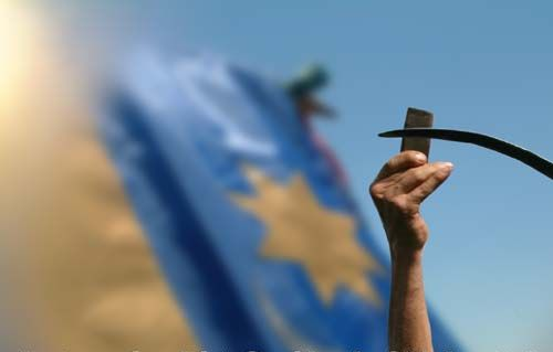 """""""Ezek a zászlók itt fognak maradni!"""" – Kézdivásárhelyen üzentek a székelyek a román állam provokációjára"""