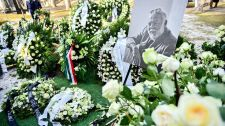 VIDEÓ: Fehér virágok és szivarok borítják Andy Vajna sírját