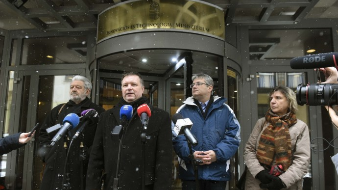 Kétszámjegyű béremelést sürgetnek a szakszervezetek
