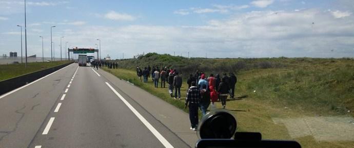 Kamionosoknak üzent a segélyszervezet: nem a világvége a calaisi migránsterror, keressetek új munkát