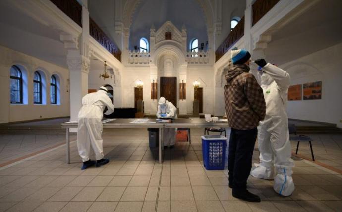 65 lengyel egészségügyi dolgozó érkezett Szlovákiába, hogy segítsen a tesztelésben