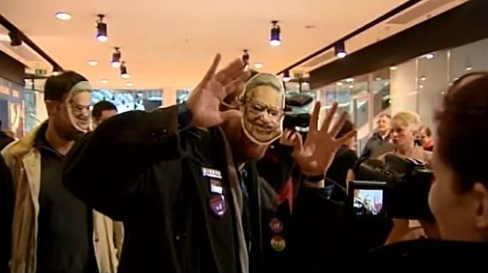 A biztonsági őrök vezették ki a Soros-maszkos momentumosokat