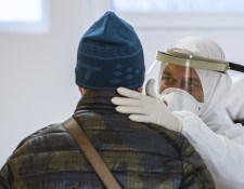 Közel kétezer új koronavírus-fertőzöttet azonosítottak Szlovákiában