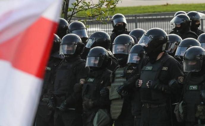 Ezrek tüntettek vasárnap a biztonsági erők erőszakos fellépése ellenére