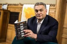 Orbán Viktor: plüssmacikkal és virágokkal nem lehet határt védeni