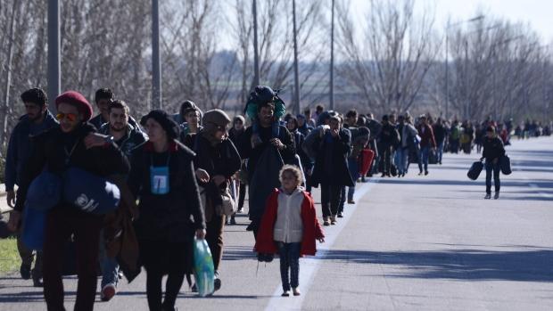 Fegyveres rendőrök tartóztatták fel a  migránstömeget a görög városban