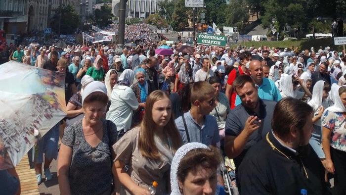 Zelenszkij bírálta a keddi kijevi pravoszláv keresztes menetet a maszkviselési kötelezettség semmibevétele miatt