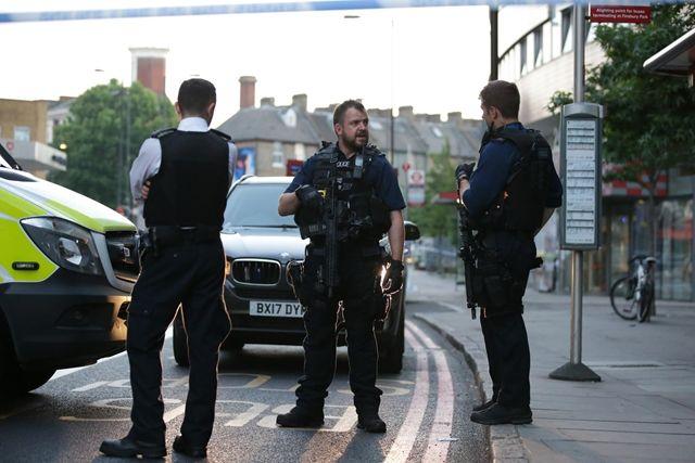 """""""Megölöm az összes muszlimot!"""" – ismét tömegbe hajtott egy teherautó Londonban, de ezúttal mecsetből távozók közé"""