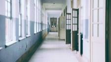 Vádat emeltek a diákja kezét eltörő tanár ellen