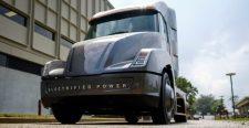 Lenyomták a Teslát, itt az új elektromos teherautó!