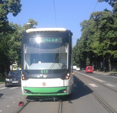 A közlekedési szabályokra fittyet hányó cigányt ütött el a villamos Miskolcon