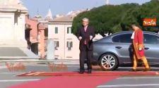 A dülöngélő Juncker Tusknak tiszteleg (Videó)