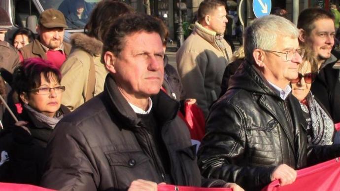 Orbánisztán: Dr. Monostoryt, a nemzetközi hírű jogászt bilincsben vitték elmeorvosi vizsgálatra