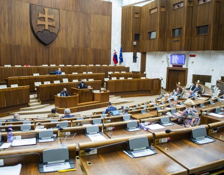 Szövetség nélküli parlamentet mért az AKO