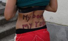 Abortusz- és buzeranciapárti üzenetekkel várták Bécsben a Vatikán női focicsapatát