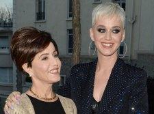 Katy Perry édesanyja az elutasítás helyett a szeretetet választotta