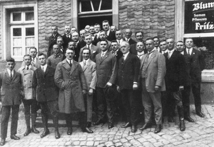 Adolf Hitler és Joseph Goebbels NSDAP-párttagokkal az Észak-Rajna-Vesztfáliai Hattingen városában (1926. november 26.)