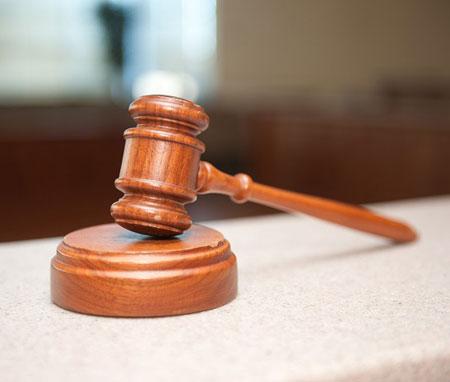 Felfüggesztett börtönbüntetésre ítéltek három kirúgott rendőrt, mert bántalmaztak egy agresszív cigányt