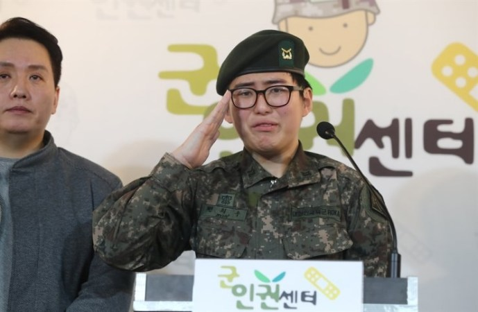 Dél-Koreában nem szánalmaskodnak a buzik szabályai szerint: ha levágatta, nem egészséges, és repül a seregből