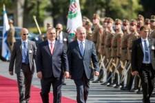 Orbán mellett kampányol az izraeli testvérpárt: csak a Fidesz mentheti meg a zsidókat a Jobbiktól
