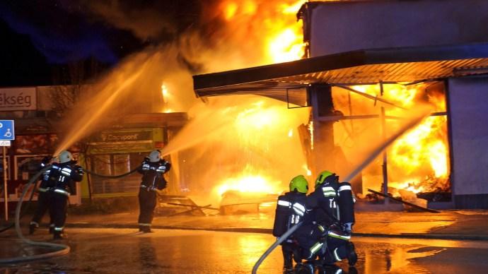 Kigyulladt egy Spar, hatalmas lángokkal küzdött a 71 tűzoltó – galéria, videó