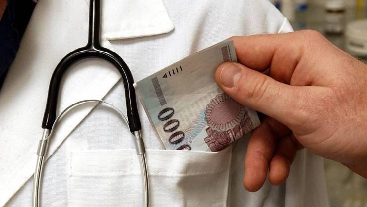 Vasszigor: hálapénzt kért betegeitől, vesztegetés miatt őrizetbe vettek egy zalai orvost