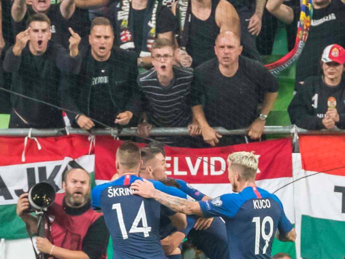 Pár szurkoló a budapesti szlovák nagykövetséghez fordult a hétfői mérkőzés után