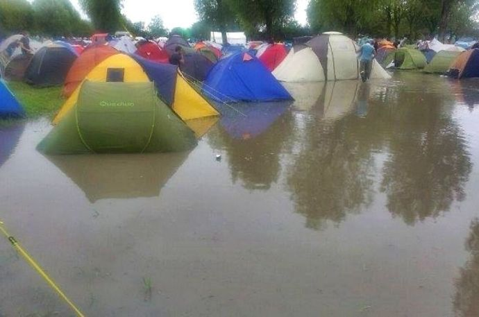 Vízben állnak a sátrak a Strand Fesztiválon