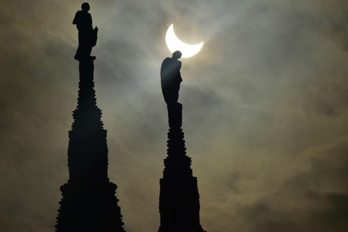 Fantasztikus képek készültek a pénteki napfogyatkozásról