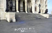 Az eldurvuló tüntetések nyomai a Kossuth téren