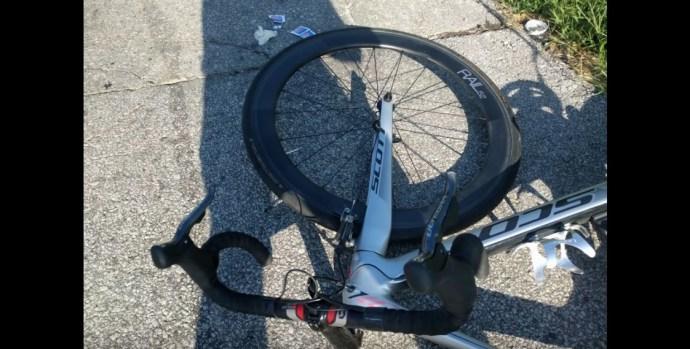 VIDEÓ: Vezetés közben nyomkodta a mobilját a rendőr, elütötte a kerékpárost