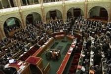 Országgyűlés: ad, elvesz, átrendez