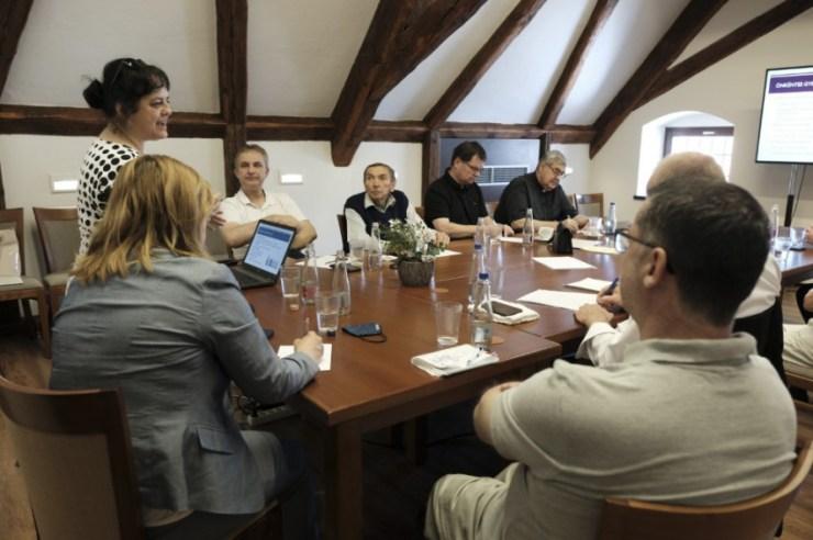 Gyermekáldás elmaradása, gyermektelen házasságok – Szakmai továbbképzés a Pécsi Püspöki Bíróságon
