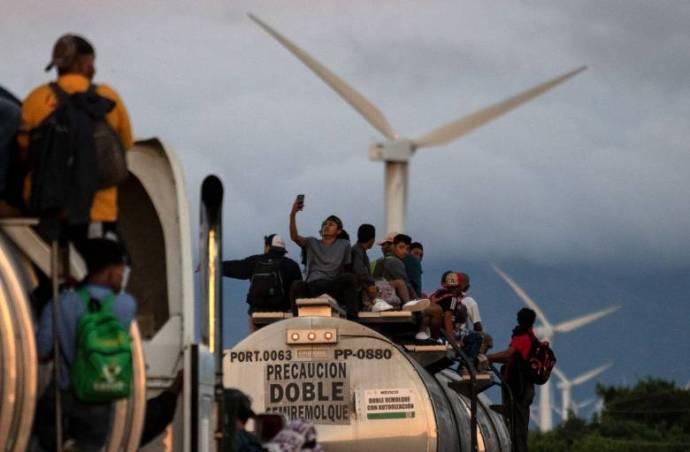Nő a feszültség: egyre közelebb ér az amerikai határhoz az erőszakos migránskaraván