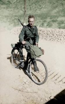 Német Wehrmacht katona kerékpárjával és Gewehr 41 puskájával valahol a keleti fronton (1941)
