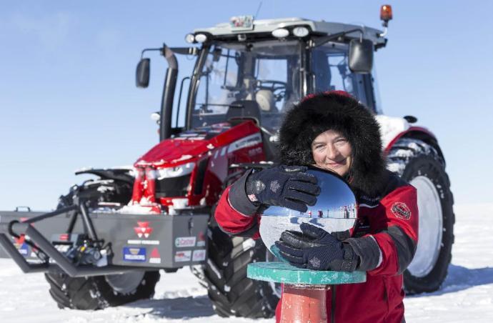 A színésznő piros traktoron érte el a Déli-sarkot
