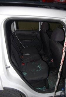Akkora hisztit vágott le egy pár egy rendőrautó hátsó ülésén, hogy összesen 13 bűncselekménnyel vádolták meg őket