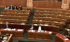 Tippeljen! A Fidesz-KDNP-n kívül melyik párt képviselőit nem zavarta a rabszolgatörvény?