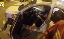 4 méteres fémrúd szúrta át a sofőrt, majd mobilozva várta a tűzoltókat