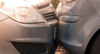 Autóval nekimentek, megverték és pénzt követeltek egy idős sofőrtől