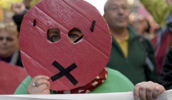 Bekötött szájjal demonstráltak a spanyolok