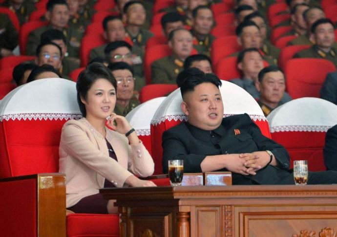 Bemutatjuk a diktátor feleségét, a szurkolólányból lett stílusikont