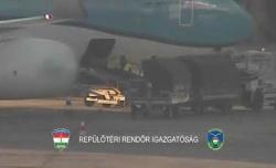 Tegnap nem volt szerencséjük a repülőtéri szarkáknak: pont a csapdabőröndöt nyitották ki
