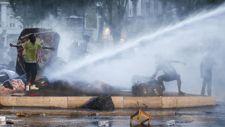 Vízágyúkkal szorították ki a migránsokat Róma központi partkjából