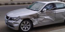 Kapával, ásóval és vascsővel támadtak egy BMW-sre Hajdúhadházon