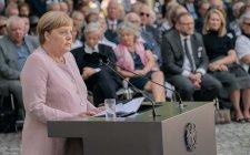 Ha a Hitler életére törőket éltetheti, a rasszizmus és az antiszemitizmus ellen hablatyolhat, akkor bezzeg nem remeg Merkel