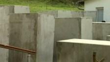 Bírálta az emlékművet, kapott egyet a háza elé