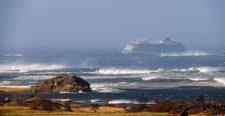 Helikopterrel, egyesével mentik ki a norvég luxushajó utasait a viharos tengerről (videó)