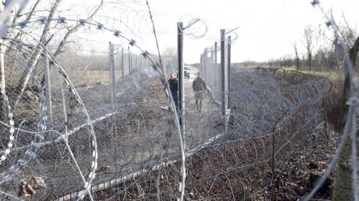 Sima létrával ugrálnak át a migránsok a határkerítésen – videó